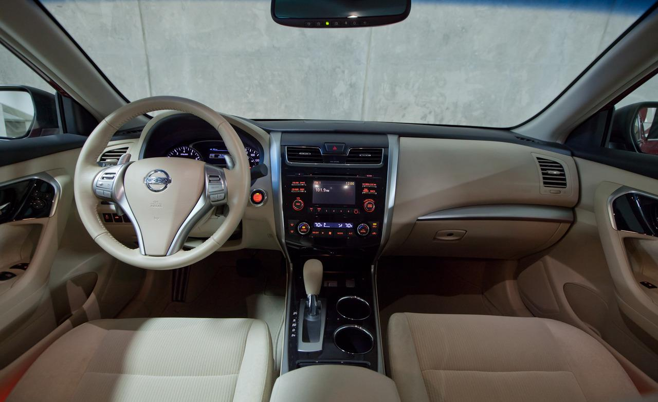 NISSAN Altima photo 10