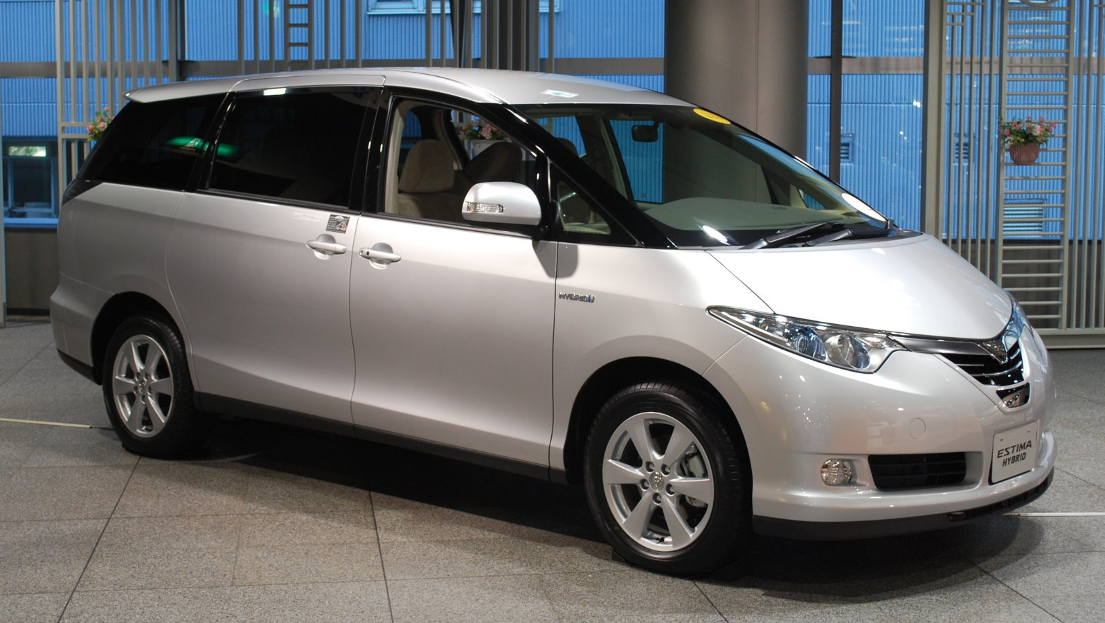Toyota Estima Hybrid photo 01