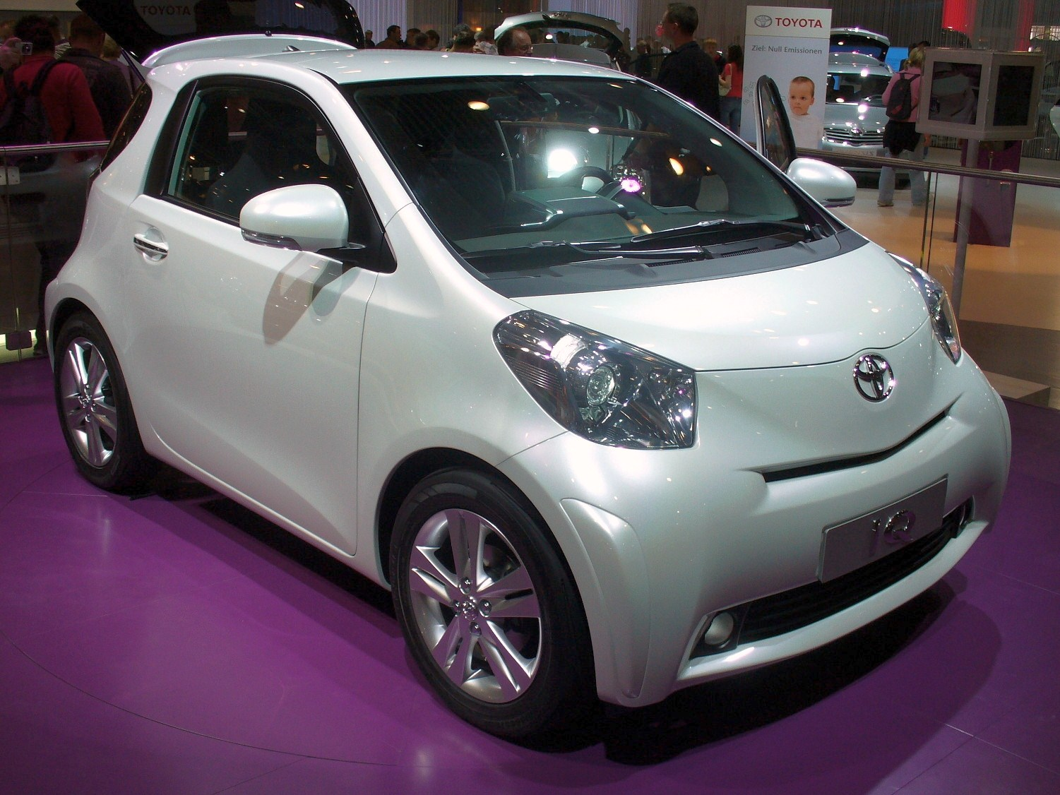 Toyota iQ photo 08