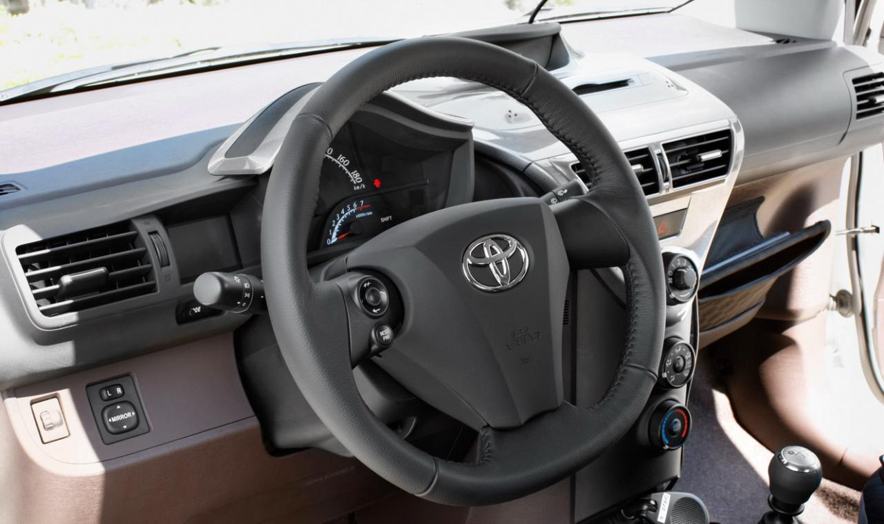 Toyota iQ photo 12