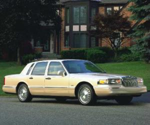 Lincoln Town Car photo 8