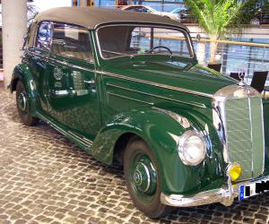 Mercedes-Benz 220 photo 2