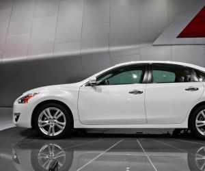 NISSAN Altima photo 2