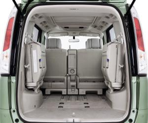 NISSAN Serena photo 8